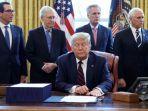 presiden-amerika-serikat-as-donald-trump-melihat-proposal-paket-kebijakan.jpg