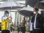 presiden-joko-widodo-meninjau-langsung-lokasi-banjir-dari-atas-jembatan-pekauma.jpg