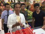 presiden-joko-widodo-saat-jalan-jalan-di-pusat-perbelanjaan-di-palangkaraya_20161220_230607.jpg