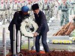presiden-jokowi-saat-akan-meletakkan-karangan-bunga-di-atas-makam-presiden-ke-3-ri-bj-habibie.jpg