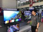 promotor-televisi-di-toko-pos-elektronik-banjarmasin-sedang-mensetting-televisi.jpg