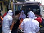proses-evakuasi-jasad-korban-meninggal-di-kompleks-pondok-melati-al-banjary-banjarmasin.jpg