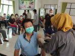 proses-vaksinasi-lansia-di-puskesmas-cempaka-1.jpg