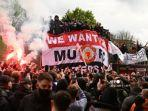 protes-suporter-manchester-united-di-old-trafford-liverpool-liga-inggris.jpg