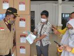 pt-adaro-indonesia-group-saat-menyerahkan-bantuan-masker-serta-vitamin.jpg