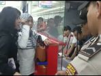puluhan-calon-penumpang-maskapai-lion-air-jt-34-rute-jakarta-bima-mengamuk_20161124_230242.jpg