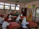 rafika-noormaliasari-guru-kelas-mengajar-lima-siswa-kelas-i-sdn-teluk-dalam.jpg