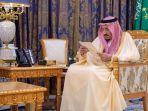 raja-saudi-salman-bin-abdelaziz-sedang-membaca-dokumen-di-istana.jpg