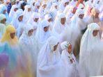 ratusan-penganut-islam-aboge-melaksanakan-sholat-idul-fitri_20170627_113748.jpg