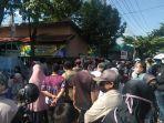 ratusan-warga-berkerumun-di-halaman-kantor-kelurahan-pelambuan.jpg