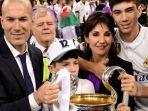 real-madrid-zinedine-zidane-trofi-liga-champions-bersama-istrinya-veronique_20171101_085610.jpg