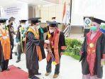 rektor-mujiburrahman-pada-wisudawan-terbaik-di-kampus-uin-antasari-banjarmasin-rabu-15092021.jpg