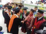 rektor-uin-antasari-banjarmasin-prof-mujiburrahman-ucapkan-selaat-kepada-wisudawan-terbaik.jpg