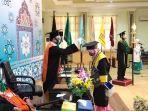 rektor-uin-antasari-prof-dr-mujibburahman-melakukan-prosesi-pemindahan-tali-toga.jpg