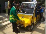 rektor-ulm-sutarto-hadi-melihat-mobil-listrik-karya-mahasiswa.jpg