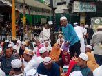 relawan-bagikan-konsumsi-ke-jemaah-haul-guru-sekumpul-kabupaten-banjar-kalsel.jpg