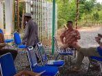 relawan-bule-australia-shane-tampak-lahap-nikmati-soto-banjar.jpg
