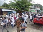 relawan-dan-pendukung-burhanudin-bahrudin-jalan-kaki-menuju-kantor-kpu-kotabaru-minggu-692020-11.jpg