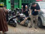 relawan-dari-australia-shane-elson-di-pos-kantor-kelurahan-sekumpul-kalsel.jpg