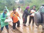 relawan-kalteng-saat-menyalurkan-bantuan-kepada-warga-bogor.jpg