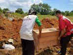 relawan-pmi-cabang-kabupaten-banjar-saat-proses-merelokasi-jenazah-22062021.jpg