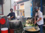 relawan-sedang-menyiapkan-santap-siang-di-dapur-umum-posko-induk.jpg