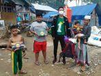 relawan-sman-1-banjarmasin-serahkan-bantuan-ke-korban-banjir-bandang-kabupaten-hst-06032021.jpg