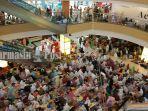 ribuan-jemaah-haul-guru-sekumpul-melaksanakan-salat-maghrib-di-q-mall-banjarbaru-kalsel.jpg