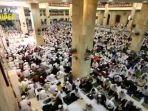 ribuan-umat-muslim-menghadisi-peringatan-isra-mikraj-1441-h-di-masjid-sabilal-muhtadin.jpg