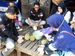 rombongan-kpu-kalsel-menikmati-buah-durian-lokal-khas-banjar.jpg