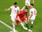 ronaldo-diapit-dua-pemain-iran_20180626_031301.jpg