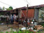 rumah-milik-mutiara-mengalami-kerusakan-pada-bagian-atap-garasi-setelah-diterjang-angin-kencang.jpg