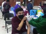 salah-satu-mahasiswa-yang-disuntik-vaksin-covid-19-di-gedung-sultan-suriansyah.jpg