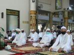 salat-jumat-yang-kembali-digelar-di-masjid-agung-al-karomah.jpg