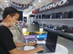sales-toko-borneo-multimedia-jaya-perlihatkan-laptop.jpg