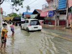 satu-ruas-ruas-jalan-yang-terendam-di-kabupaten-hsu-provinsi-kalsel-sabtu-16012021.jpg