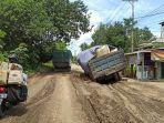 satu-unit-truk-terjebak-pada-jalan-berlubang-di-ruas-jalan-muara-pitap-gunung-pandau.jpg