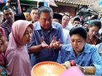 sby-dan-ani-yudhoyono-berbincang-dengan-pengrajin-kerupuk-rambak_20180412_235146.jpg