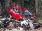 sebuah-mobil-yang-terseret-ombak-tsunami-banten.jpg