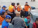 sejumlah-abk-km-mina-sejati-dengan-saat-dievakuasi-dengan-menggunakan-speedboat.jpg
