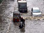sejumlah-kendaraan-melintasi-banjir.jpg