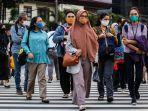sejumlah-pekerja-menggunakan-masker-berjalan-kaki-setelah-meninggalkan-perkantorannya.jpg