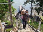 sejumlah-pengunjung-menapaki-dermaga-menuju-puncak-pulau-datu12.jpg