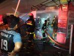 sejumlah-relawan-barisan-pemadam-kebakaran-saat-berusaha-memadamkan-api.jpg