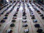 sejumlah-umat-islam-melaksanakan-shalat-jumat-berjamaah-dengan-menerapkan-jaga-jarak.jpg