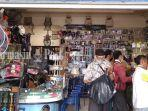 sejumlah-warga-membeli-alat-pancing-di-sebuah-toko-di-kota-banjarmasin-kamis-2562020.jpg