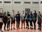 sekretaris-pbvsi-banjarmasin-yahman-bersama-pelatih-dan-pemain-tim-p.jpg