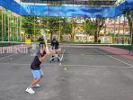 seorang-anak-latihan-di-lapangan-tenis-pelajar-mulawarman-banjarmasin-kalsel-16022021.jpg