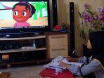 seorang-anak-menonton-siaran-perdana-belajar-dari-rumah-tingkat-sd.jpg
