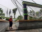 seorang-anak-sedang-berada-di-taman-daun-kota-kualakapuas-kabupaten-kapuas-kalteng-10042021.jpg